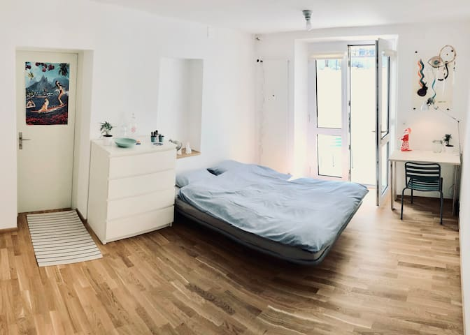 M81 | Bright basement studio w/ private bathroom