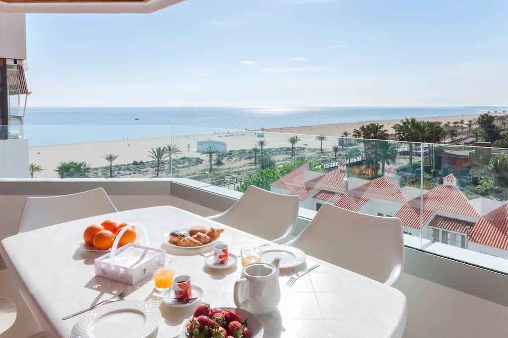 Desayuna mirando el mar. Te lo has ganado.