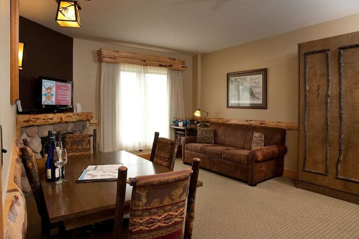 Great Deal! Suite + Balcony | Pool, Hot Tub, & Gym, On-Site Waterpark!