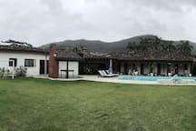 Incrível casa com seis suítes perto da praia