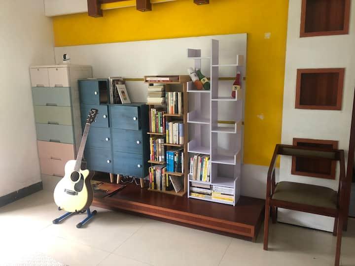 【随趣】简约佛系休闲公寓,邻火车站、汽车站、天门山索道,阳光大床,免费书吧咖啡吧