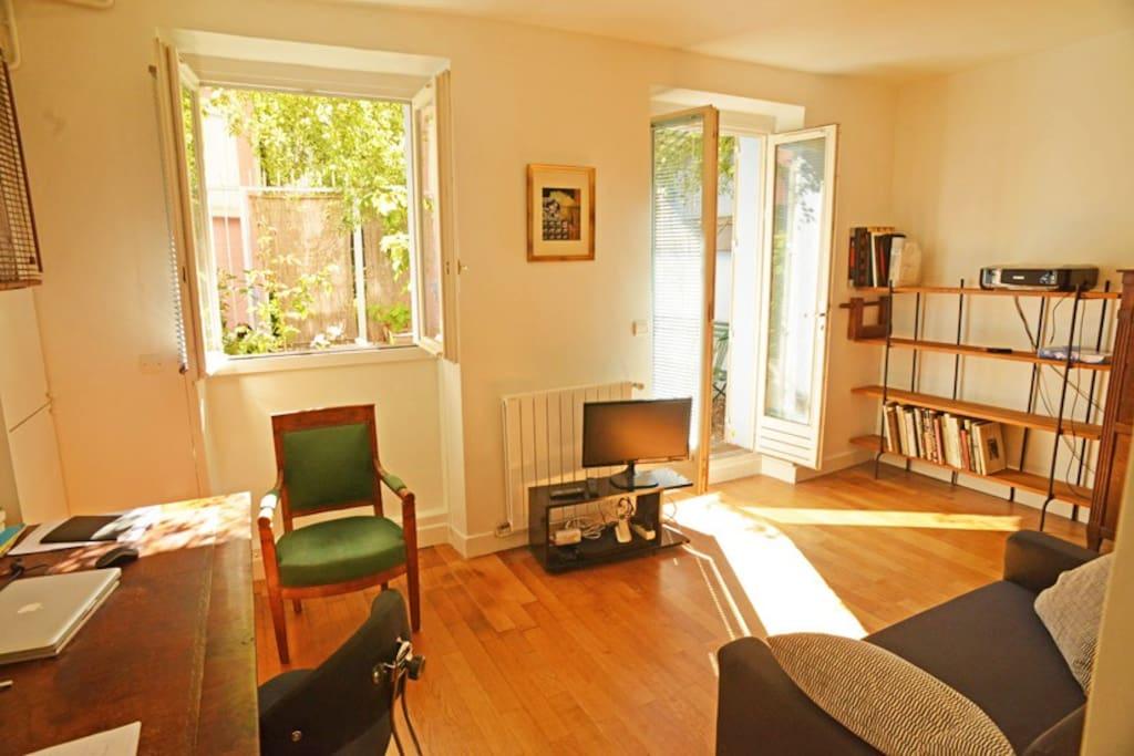 Living-room avec bureau, canapé convertible, TV et wi-fi