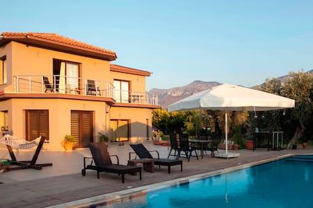 Kyrenia Gardens Luxurious Villa 4BDR With Big Pool - Girne - 別荘