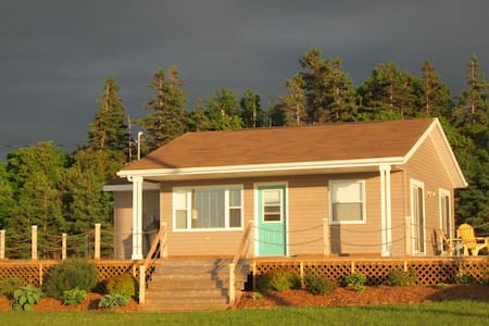 Cozy cottage, huge deck with view, close to beach. - Brackley Beach - Ev