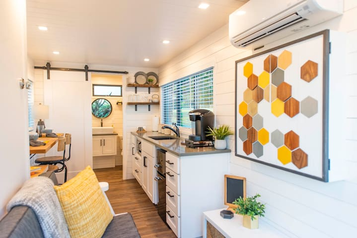 The Honeycomb-Tiny Container Home 12 Min. to Magnolia/Baylor