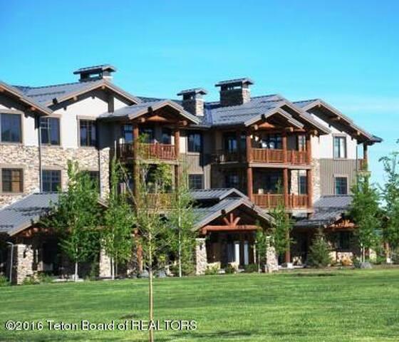 Golf, Tennis & Pool! Summer Weeks! Luxury 2Bed/2Ba - Victor - Apto. en complejo residencial