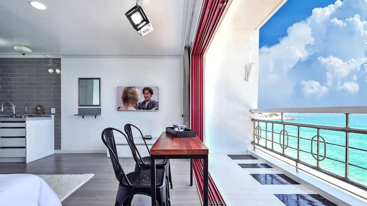깔끔한 인테리어와 오션뷰가 어루러져 낭만적인 시간을 보낼 수 있는 바다조망404 객실