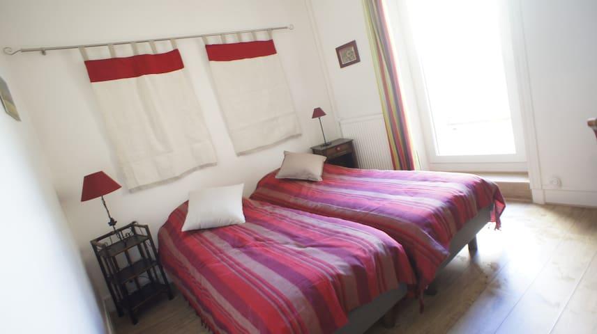 Chambre 1 : 2 lits simples pouvant être réunis en lit double