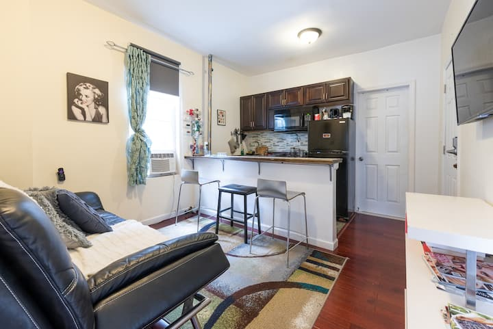 Private Cozy Two Room Apt near Metro