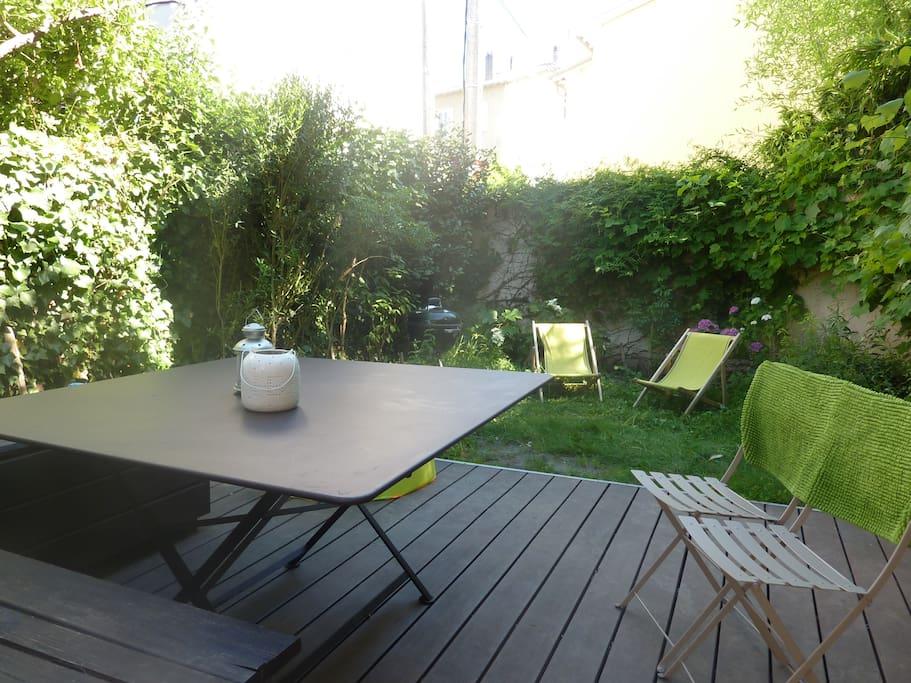 Petit jardin avec terrasse en bois