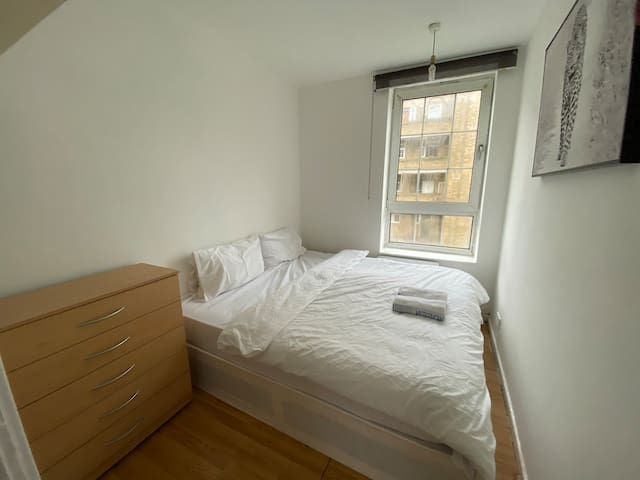 Room walking distance to Canary Wharf