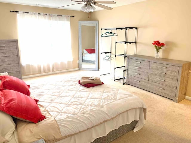 King Size Master Bedroom-12min to DT Raleigh