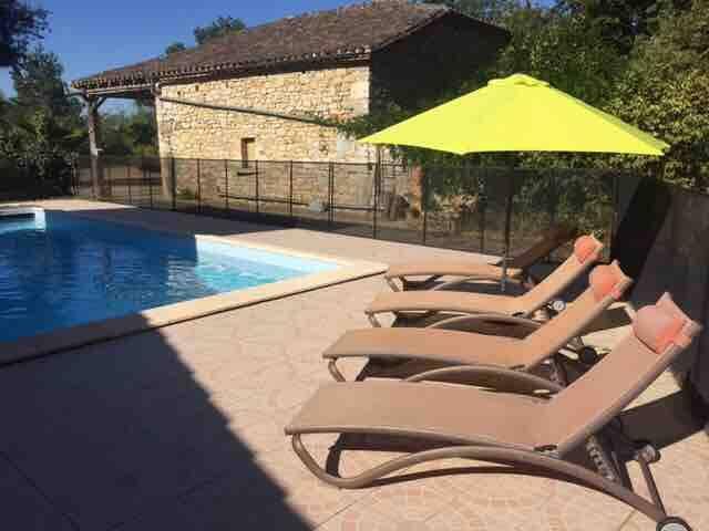 Chambre et piscine privées dans une ferme rénovée