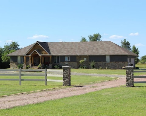 Comfortable Family Home - Great Bend