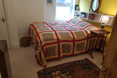 Double room in country feel house; North Oxford