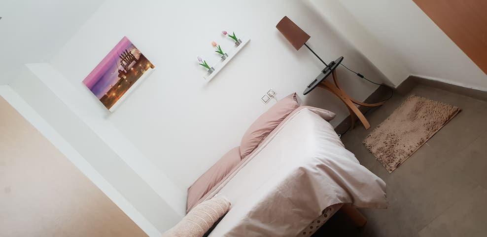 Comfortable double room with furniture and towels - Confortable habitacion doble con mueble y toallas de ducha.