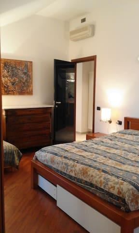 Grande stanza sul mare (010017-LT-0023)