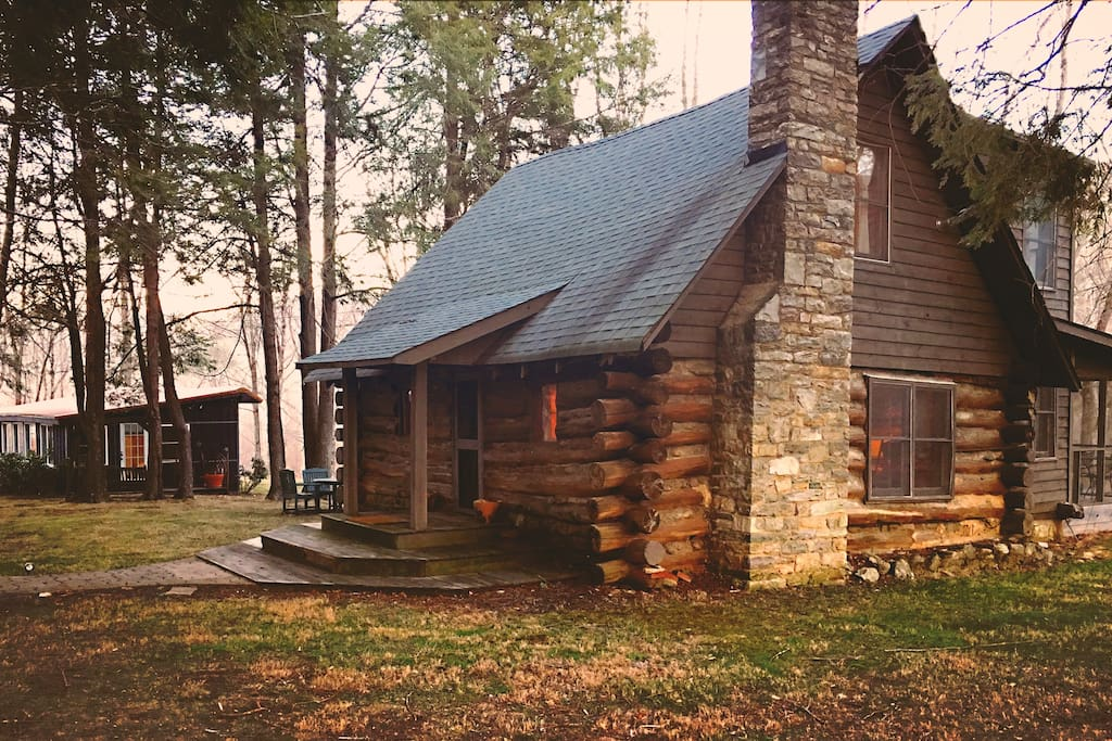 Log cabin tiny house between boone banner elk for Cabin rentals in boone north carolina