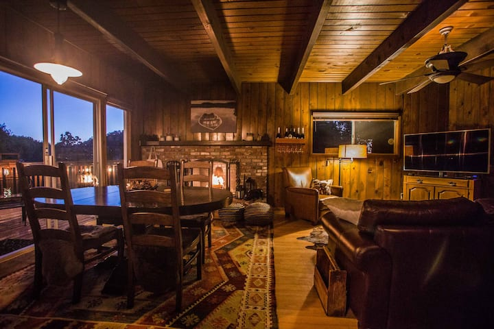 Quiet Cozy Treetop LakeArrowhead Cabin with a View