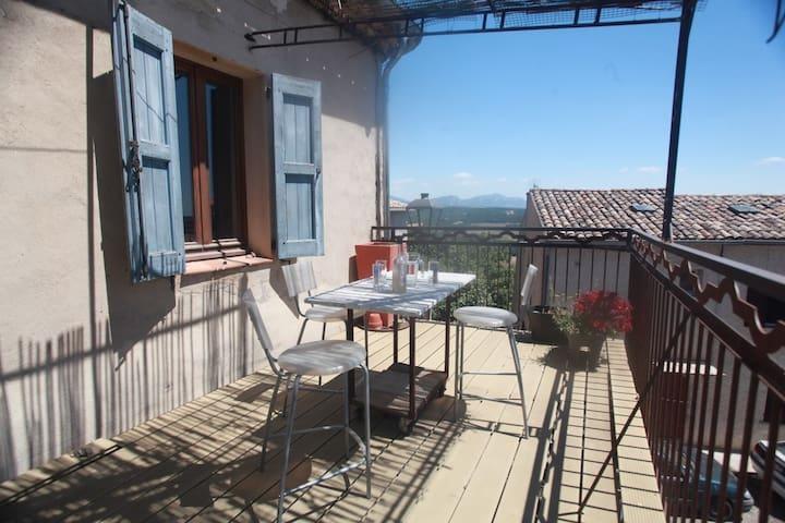 Maison au grand balcon en Pays régional du Verdon