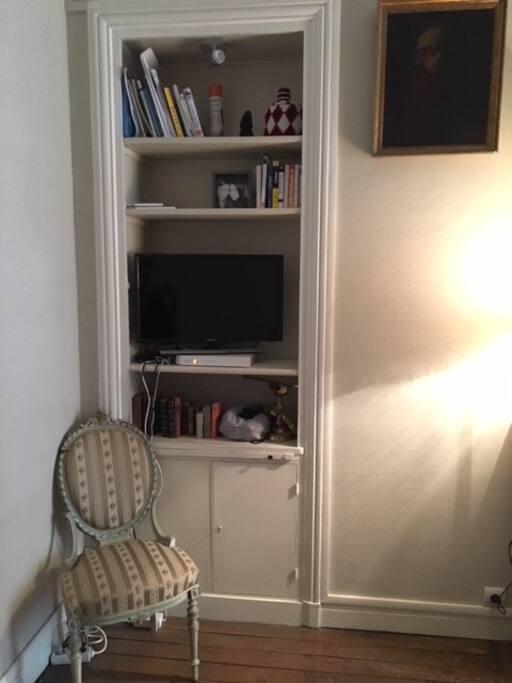 Bookcase & tv/Bibliothèque et télévision