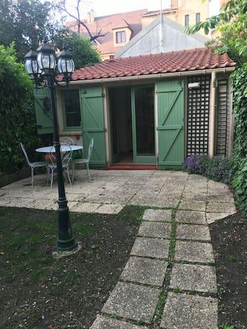 Petit studio cosy indépendant au fond du jardin