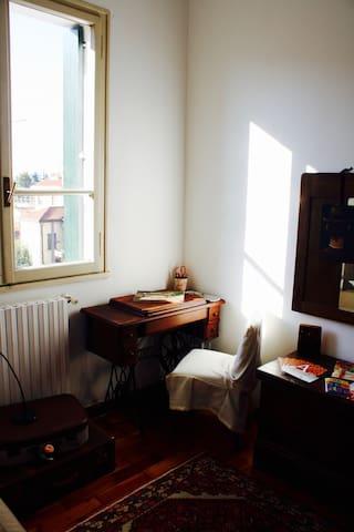 Il piccolo tavolo nella stanzetta per gli ospiti, ricavato da una vecchia cucitrice Singer.
