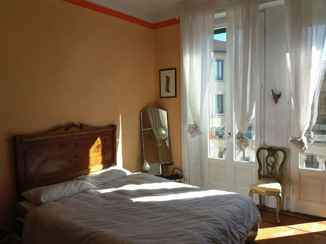 Spacious room w/private balcony in Central Station - Milán - Bed & Breakfast