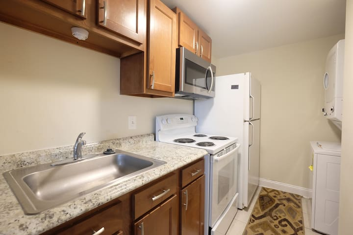 1 Bedroom Apartment With Kit/Laundry/Parking