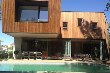 Villa en bois dans un écrin de verdure. - Castelnau-le-Lez - Huvila