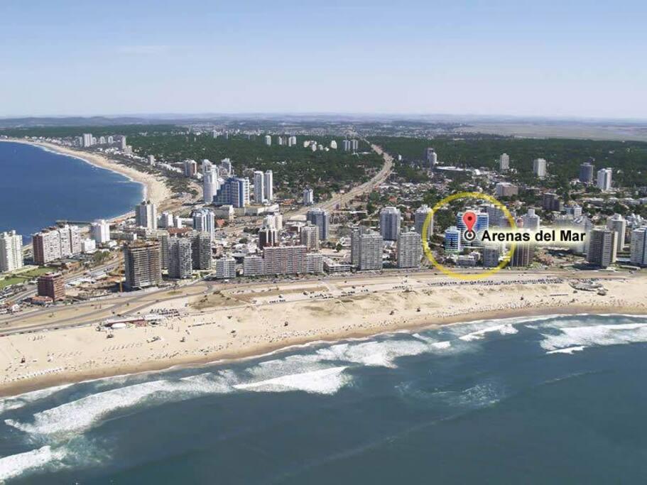 Ubicado a 80 metros de la playa Brava. Servicio de playa en temporada de verano. A escasos 600 metros de los Dedos. A 400 metros de la playa Mansa. Cerca de todo.