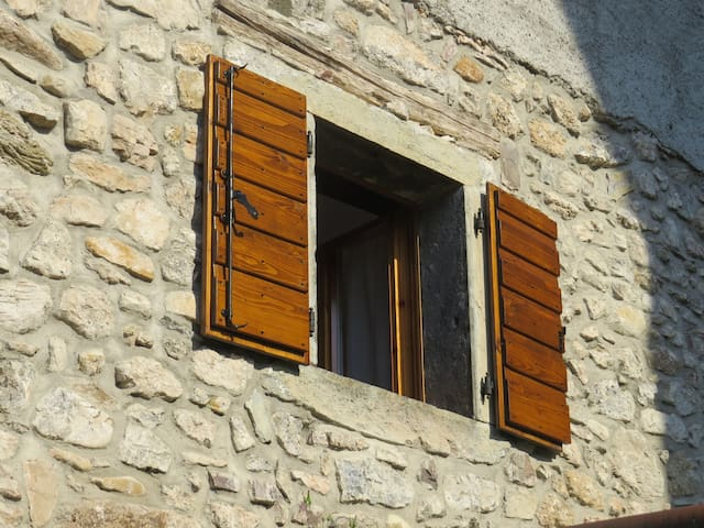 Baita in pietra tra le Dolomiti Carniche
