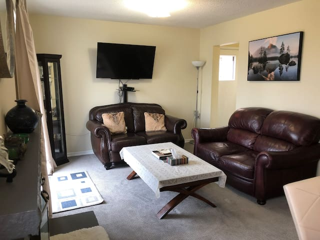 Bright, spacious & transit friendly private suite