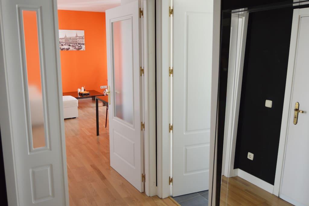 Acceso al salón, al baño y a la cocina desde el hall de entrada