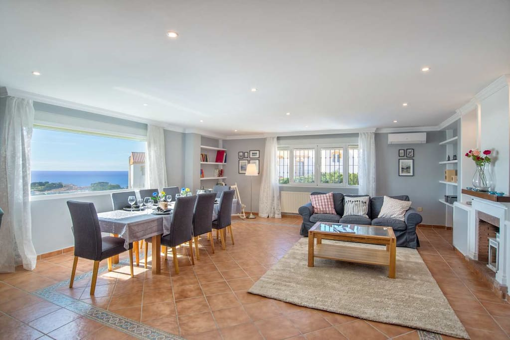 Modern, 43sq m living and dining room with sea views.