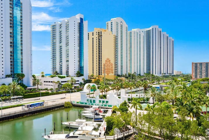 Beautiful  Condo in the Heart of Sunny Isles
