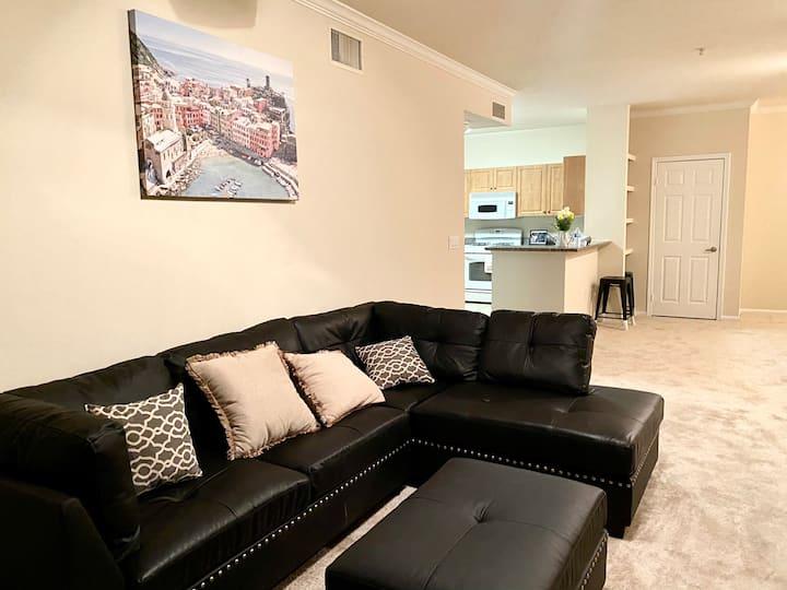 Luxury 3 bd apartment near water free parking/pool
