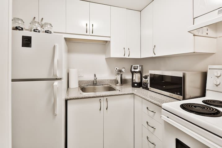 Fully equipped kitchen: Oven,fridge,plates,utensils and pots, pans and k-cup caffe and tea
