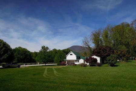 Charming Farm House with Views! - 罗斯兰德(Roseland) - 独立屋