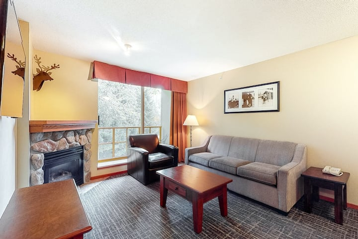 Fourth-floor ski holiday condo w/ shared saunas, pool, hot tubs, & gym