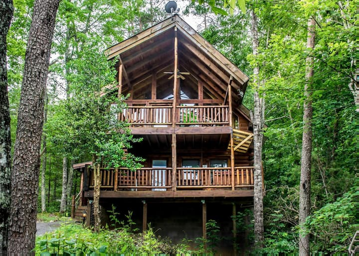 Lovely cabin near Pigeon Forge with fireplace, hot tub, and pool access