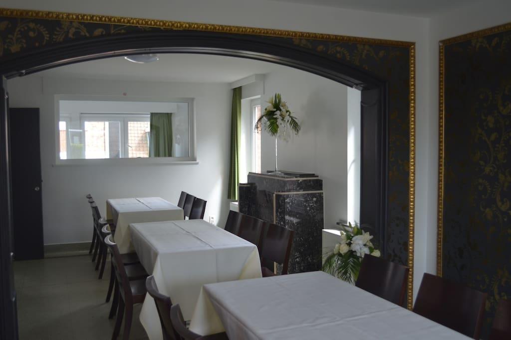 leefruimte, tafels en stoelen voor 24p