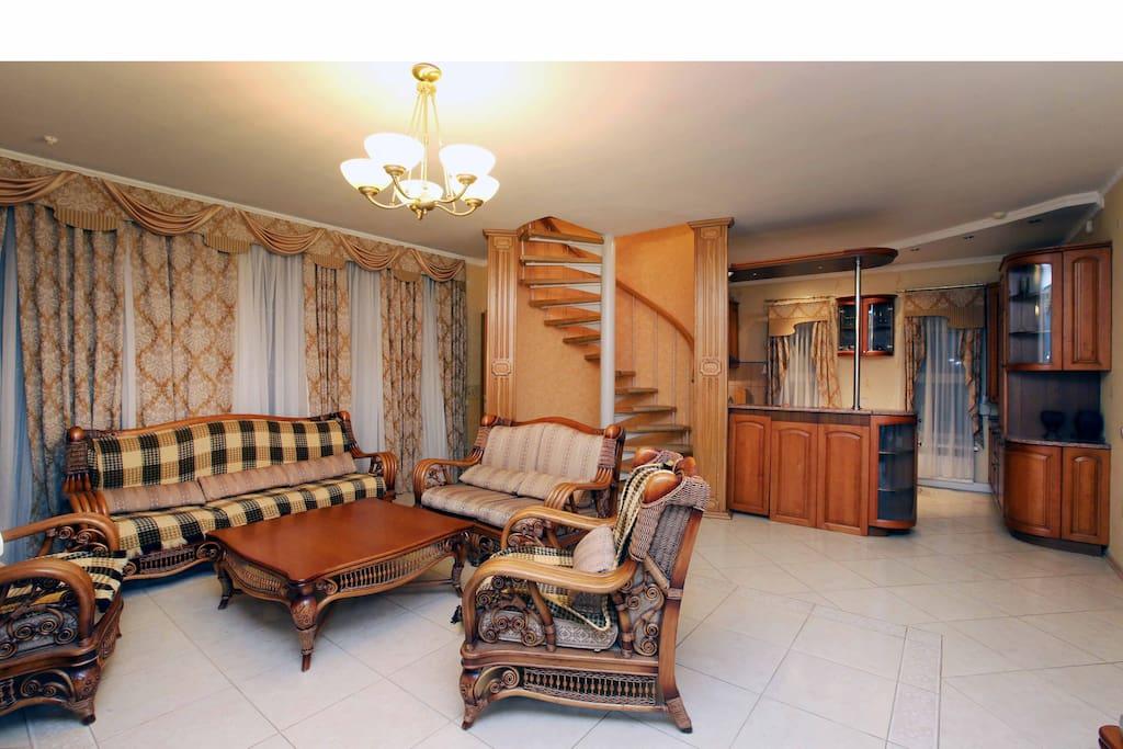 каминный зал с видом на кухню