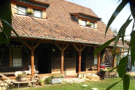 Casa de barne cu amenajare rustica.