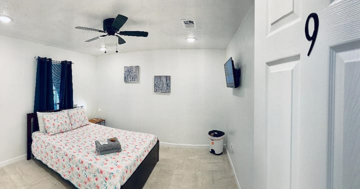 Nice room & pool close to  IAH Houston Airport - 9