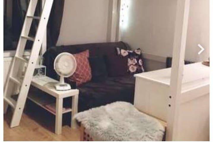 Cozy little studio flat next to Volksgarten