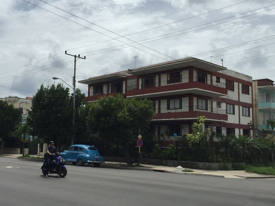 Edificio situado en la calle 23, zona tranquila y segura. Muy céntrica, el apartmento es el de la izquierda 3er piso.