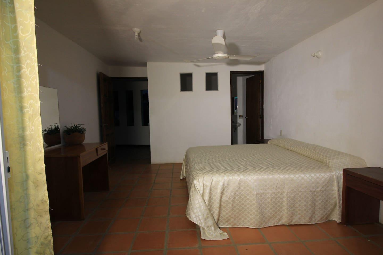 Habitación confortable con terraza personal , amahacas y camastros a pie de playa