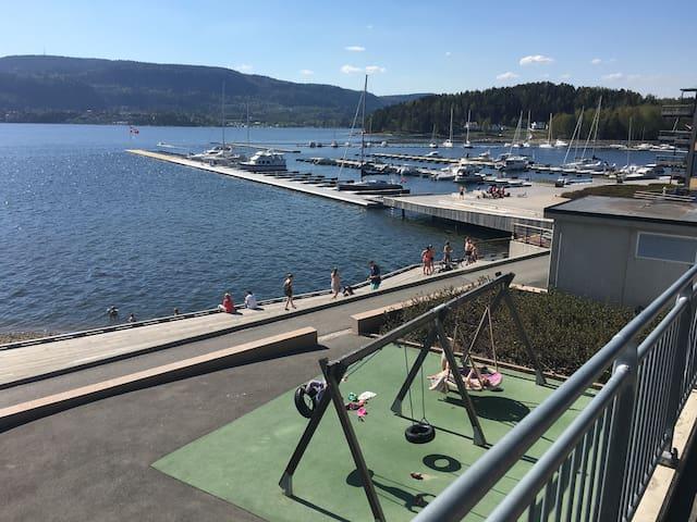Nær strand, brygge og mange lekeplasser i Sande