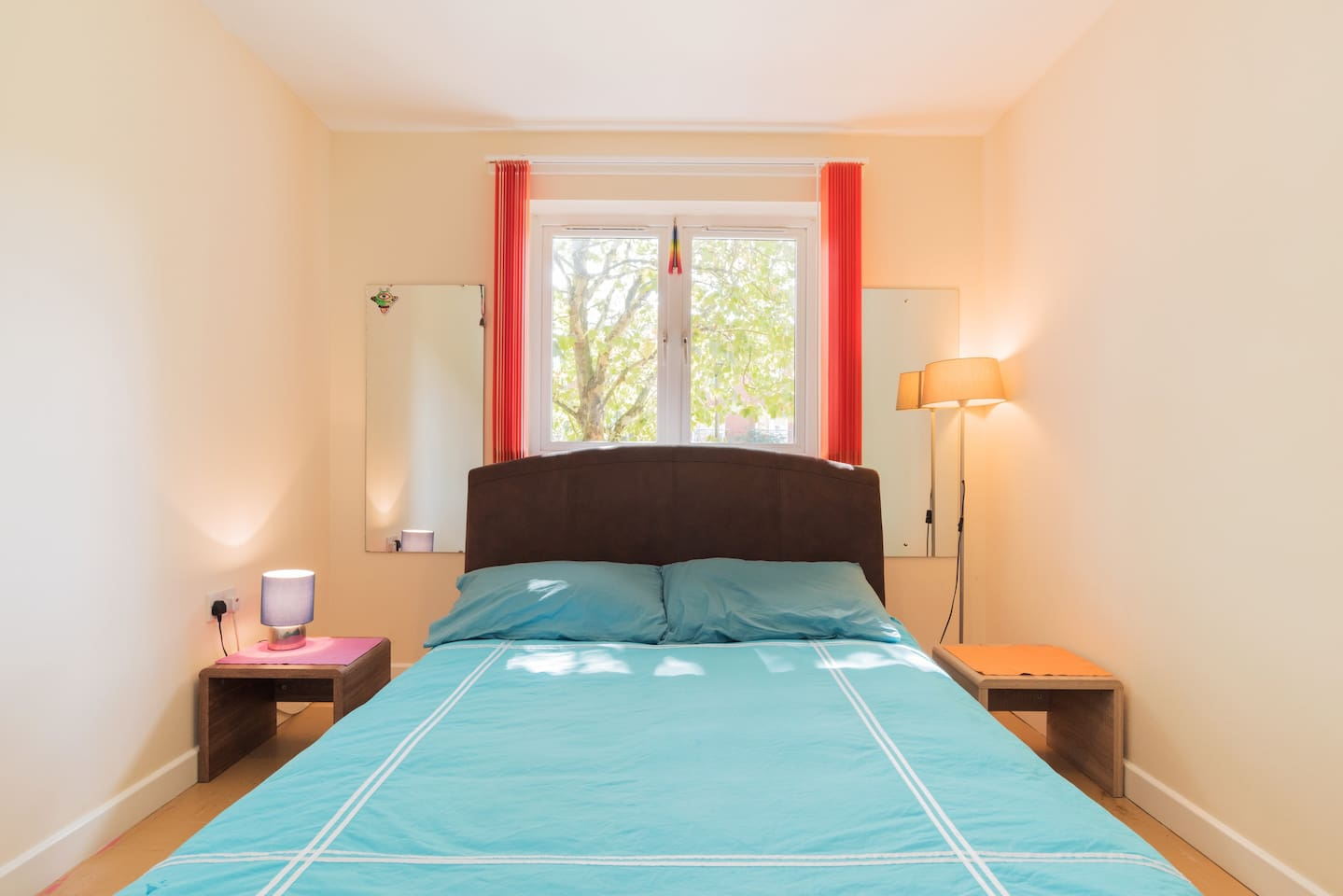 Colourful clean, & bright bedroom with comfortable double bed in pleasant apartment in quiet corner of south London. Supermarket 5 mins walk. Short walk to cafes & bars, and to trains & buses to central London as well as airports, stations & shops.